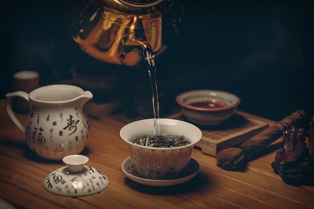 herbata jest nalewana z czajnika do filiżanki