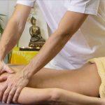 masaż sportowy wykonywany przez mężczyznę na kobiecie