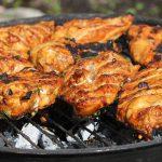 wysokobiałkowe piersi z kurczaka leżą na grillu ogrzewanym węglem drzewnym