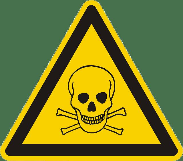 na trójkątnym znaku w koloże żółtym znajduje się trupia czaszka otoczona czarnym trójkątem