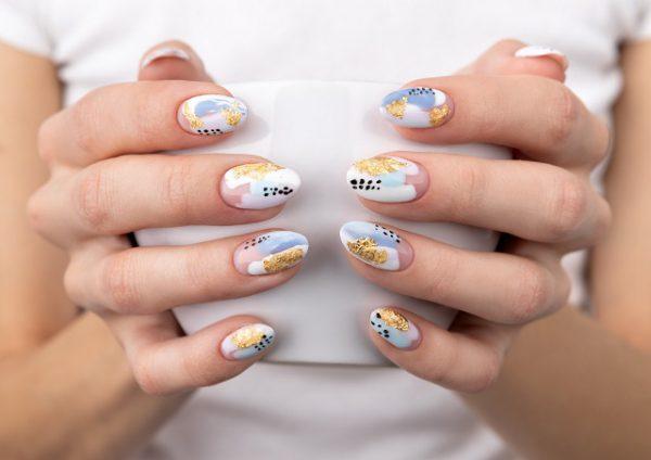 pomalowane naturalne paznokcie, użyte lakiery to złoty, niebieski, biały i czarny