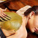 leżąca kobieta z posmarowanymi plecami pilingiem z kawy diy