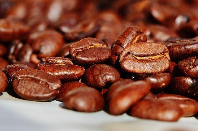 wysypane brązowe ziarna kawy