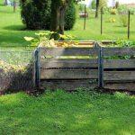 drewniany i metalowy kompostnik na nawóz do ogródka