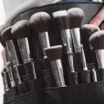Czarno białe pędzle do makijażu w skórzanym uchwycie na pas