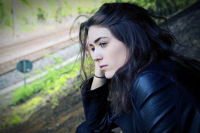 smutna zamyslona dziewczyna o czarnych włosach