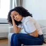 Mężczyzn trzyma się za brzuch, u którego wzdęcia nasilają się podczas złej diety