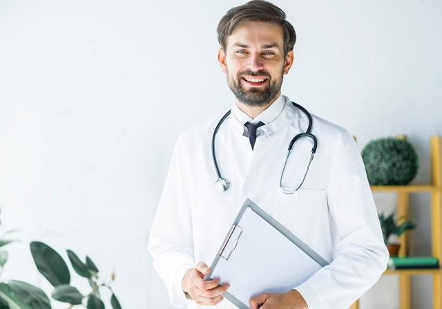 Uśmiechnięty lekarz z kliniki zajmującej się leczeniem alkoholizmu