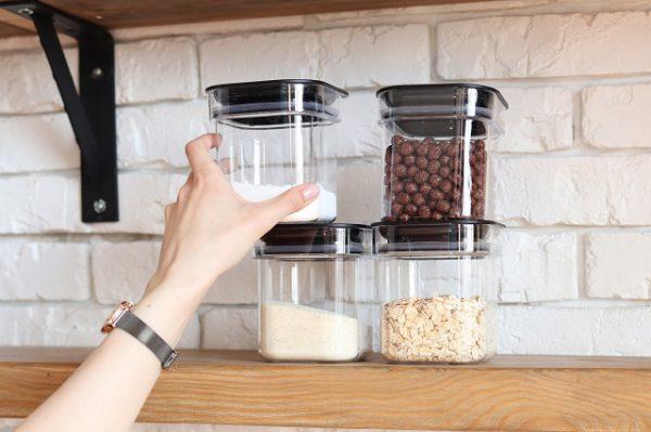 Produkty mączne są zabezpieczone przed molami w szczelnych przeźroczystych pojemnikach