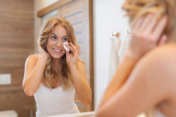Kobieta za pomocą wacika i soku z cytryny skutecznie pozbywa się przebarwień po trądziku