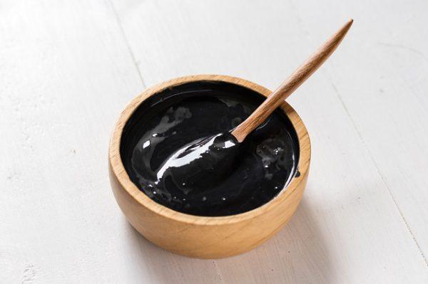 domowa maseczka z węgla i żelatyny w drewnianej miseczce którą można zrobić w 10 minut