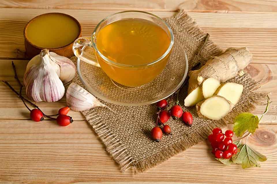 Aby urozmaicić smak herbaty, można do niej dodać imbir, czosnek lub plasterek cytryny