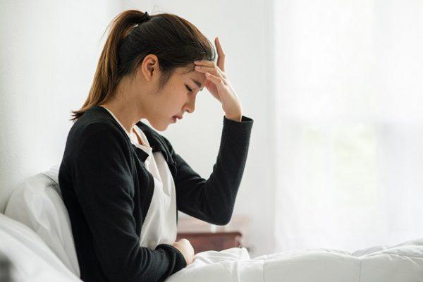 Kobieta w ciąży cierpi na napięciowy ból głowy