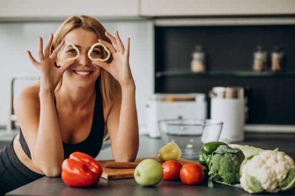 Uśmiechnięta kobieta przygotowuje posiłek zgodnie z zasadami diety ketogennnej