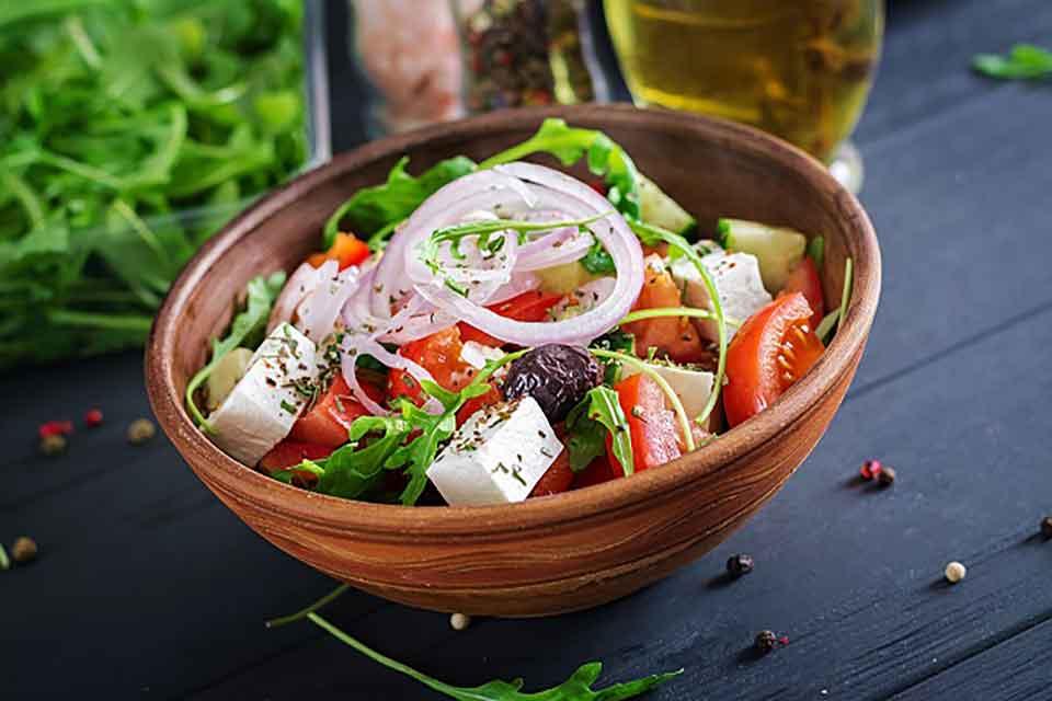 Sałatka z oliwek, sera feta i warzyw to źródło dużej ilości witamin i składników odżywczych