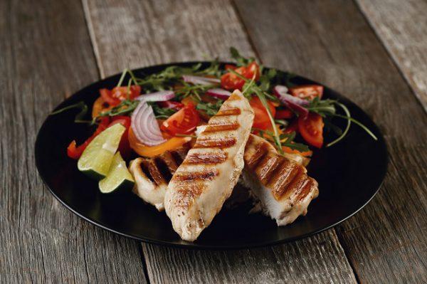 Pierś z kurczaka z warzywami dostarczy błonnika, witamin i da nam energię