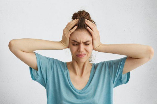 Kobieta cierpiąca na migrenę od kilku godzin