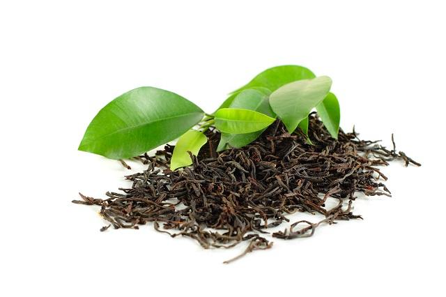 Liście wysuszonej i świeżej herbaty