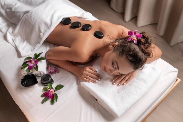 Kobieta dzięki terapii kamieniami pozbywa się stresu i uzyskuje głębokie wyciszenie