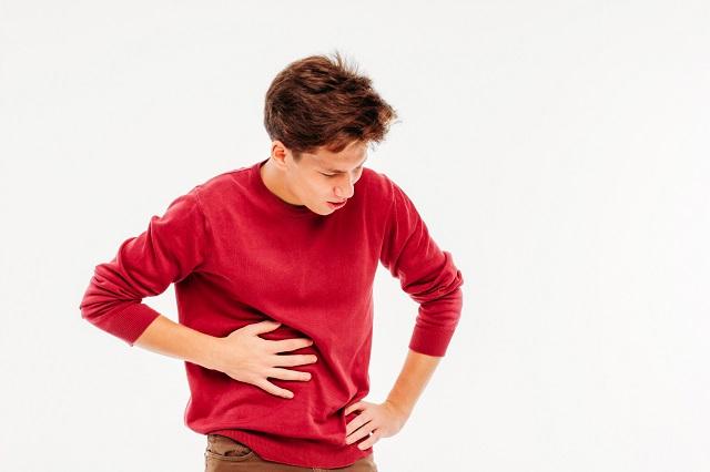 Mężczyzna cierpiący na ból wątroby z powodu zaburzeń jej funkcjonowania