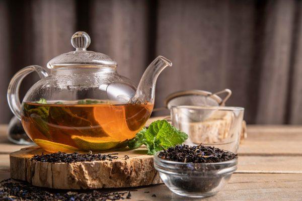 Picie herbaty wspomaga procesy trawienne i zapobiega bólom brzucha