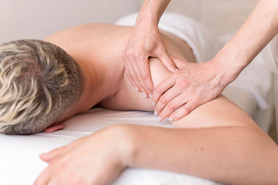 masażystka wykonuje na pacjentce japoński masaż sihiatsu