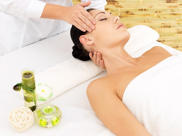 Kobieta podczas masażu limfatycznego