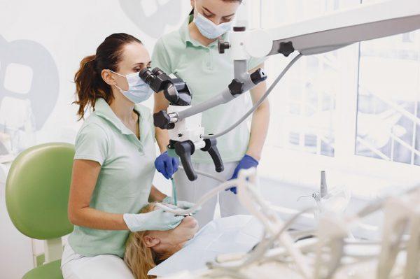 Usuwanie kamienia nazębnego u pacjenta