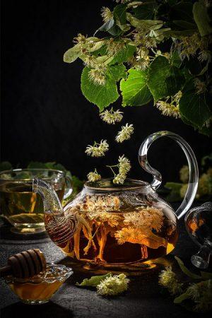 Herbata z lipy w szklanym czajniczku