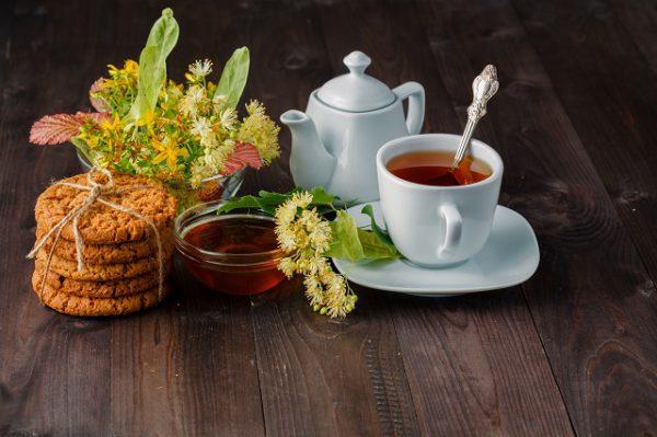 Kwiat lipy należy zalać wrzątkiem w celu przygotowania herbaty lipowej