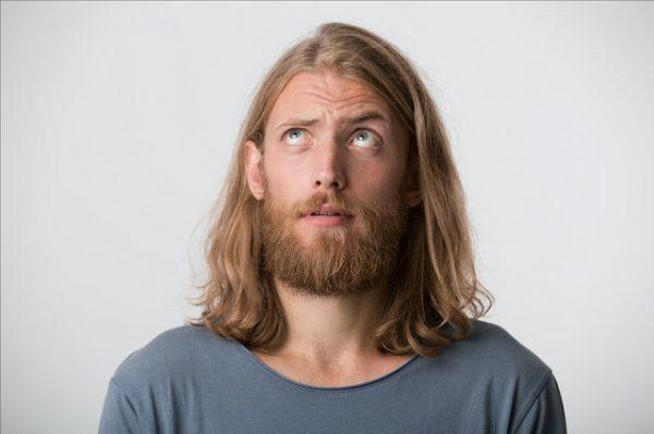 Mężczyzna zastanawia się jak poznyć się siwiejących włosów