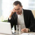 Objawy klasterowego bólu głowy towarzyszą mężczyźnie podczas pracy na komputerze