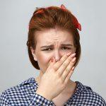 Zagrzybienie organizmu u kobiety objawia się w brzydkim zapachem z ust